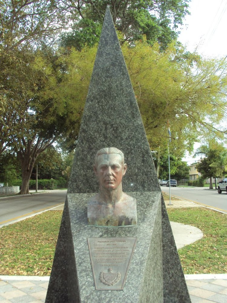 Bust of Cuban journalist/author Salvador Diaz Verson along Cuban Memorial Boulevard.